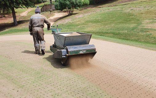 Se inician trabajos de aireación de greens y fairways